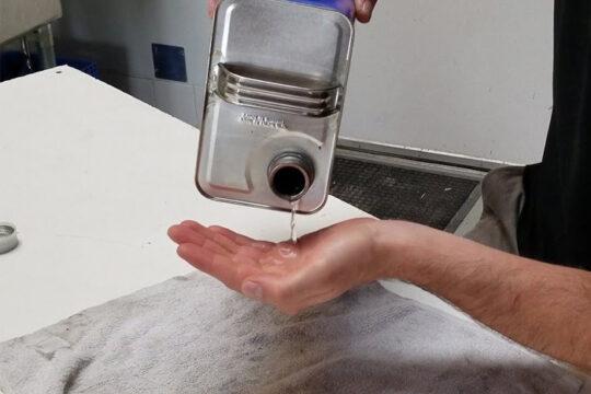 keo epoxy dính vào tay